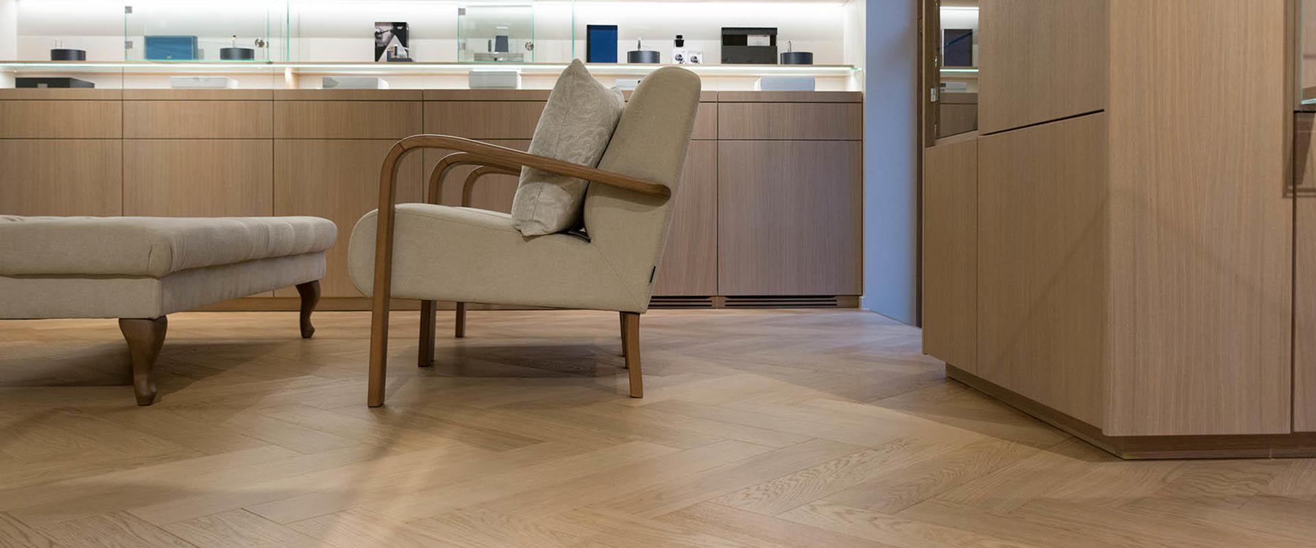 Dit-is-het-verschil-tussen-visgraat houten- vloer-en-visgraat-PVC-vloer