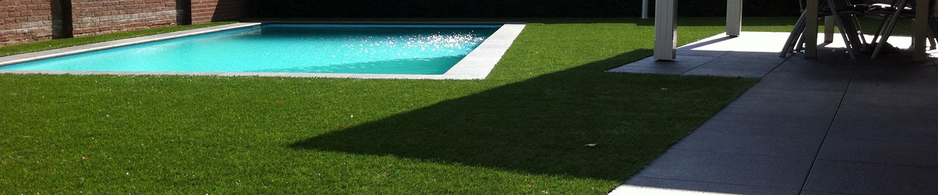 Kunstgras bij zwembad